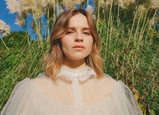 UKのシンガーソングライターGabrielle Aplin ニューAL「Dear Happy」をリリース!
